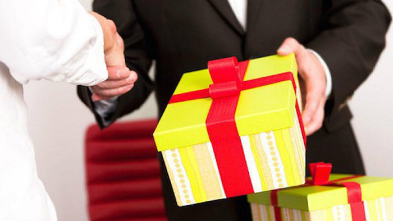 """Kinh nghiệm đi quà Tết ý nghĩa giúp bạn làm """"đẹp lòng"""" sếp"""