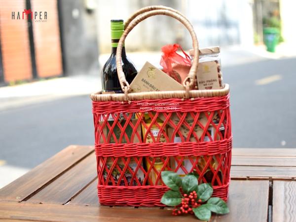 Set quà Tết biếu tặng ông bà, bố mẹ với đầy đủ những món thiết yếu trên ban thờ ngày Tết bao gồm rượu vang, trà, bánh kẹo,...