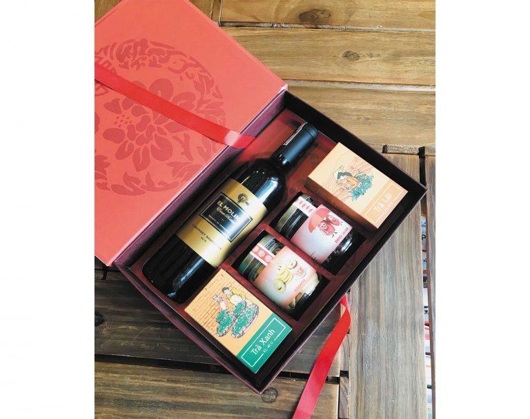Set quà Tết dành cho những ai thích đồ khô của Hamper bao gồm: táo khô, nho khô, trà xanh, trà đen và rượu vang