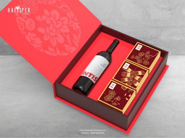 Set quà Tết màu đỏ tượng trưng cho lời chúc may mắn, phát tài