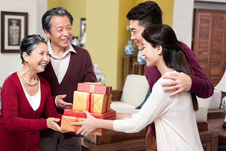 """Bí kíp chọn quà Tết biếu bố mẹ chồng giúp nàng dâu """"ghi điểm"""""""
