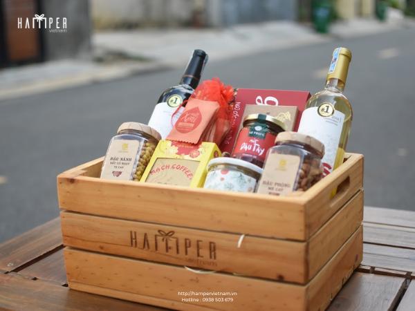 Set rượu vang đỏ và rượu vang trắng xếp cùng các món thiết yếu của ngày Tết truyền thống