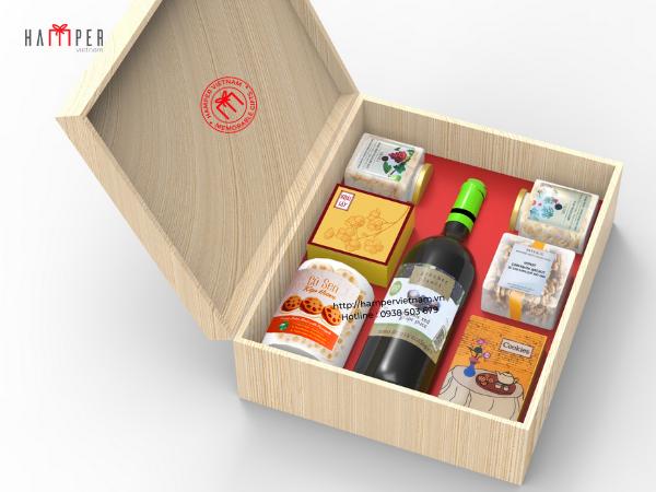 Set rượu vang đặt trong hộp gỗ được chạm khắc tinh xảo