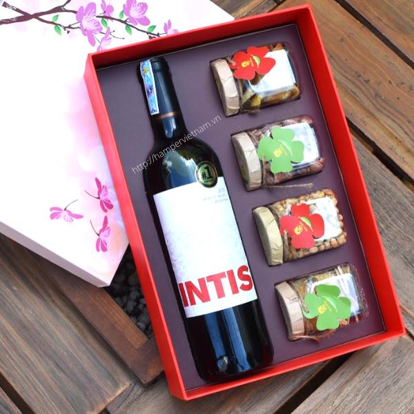 Set rượu vang đỏ Las Moras Intis Merlot Malbec mix cùng mứt gừng và đậu nành sấy, điều rang muối