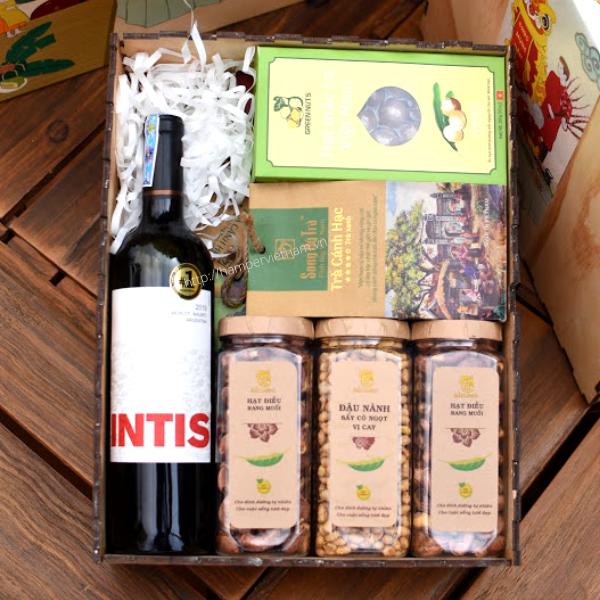 Hộp quà Tết rượu vang mang thiết kế riêng của Hamper với chủ đề đoàn viên bao gồm: rượu vang đỏ, hạt dinh dưỡng và trà olong.