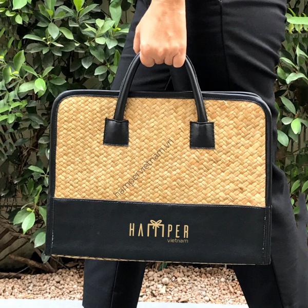 Túi xách laptop cỏ bàng được in logo, thương hiệu doanh nghiệp chắc chắn là món quà được rất nhiều khách hàng yêu thích bởi kiểu dáng thanh lịch, thời trang và đựng laptop kèm hồ sơ thoải mái.