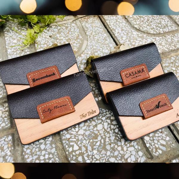 Hộp danh thiếp bằng da và gỗ là mẫu quà tặng doanh nghiệp độc đáo nhất hiện nay. Sang trọng, đẳng cấp và tiện lợi là những gì mà chúng toát lên khi được công nghệ khắc laser, tạo ra tính cá nhân hóa cho từng sản phẩm.