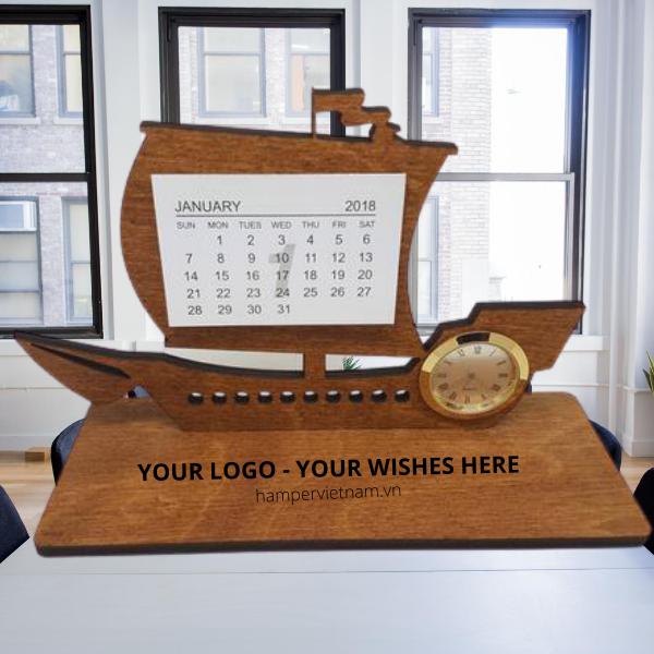 Lịch gỗ thuyền buồm may mắn tượng trưng cho ý nghĩa phát tài, phát lộc, luôn thuận buồm xuôi gió trong mọi chiến lược kinh doanh.