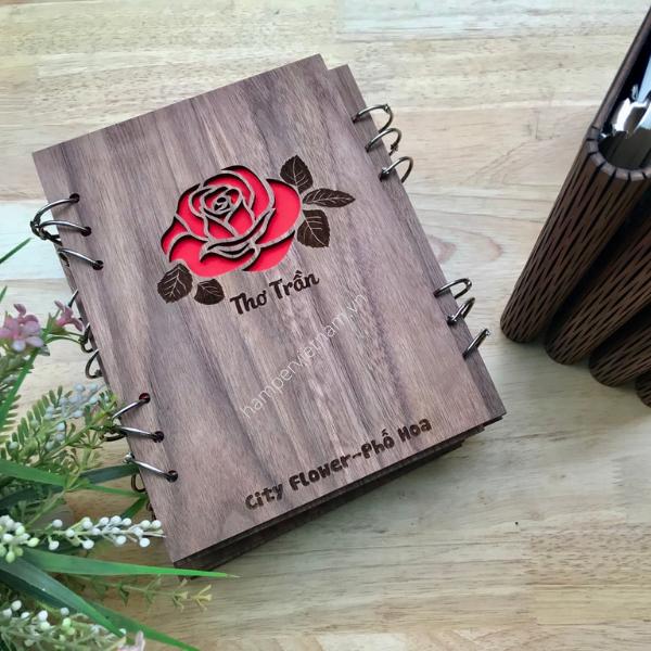 Sổ tay bìa gỗ óc chó cao cấp có in tên cá nhân kèm logo thương hiệu. Bạn có thể thiết kế các hoa văn, họa tiết khác nhau để làm nổi bật món quà hơn.