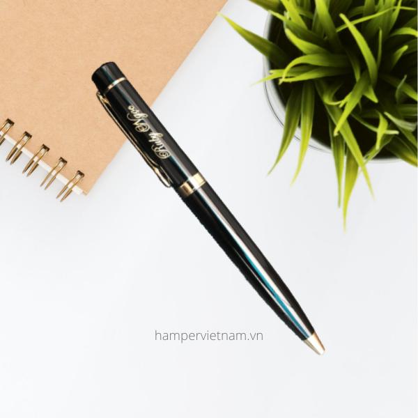 Bút ký cao cấp được khắc tên kèm thông điệp riêng mà khách hàng yêu cầu. Đặc biệt, bút có thiết kế la bàn giúp bạn có thể xác định phương hướng.