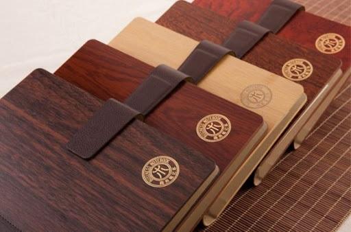 Bạn nên chọn những địa chỉ có nhiều năm kinh nghiệm về thiết kế sổ tay bìa gỗ khắc logo