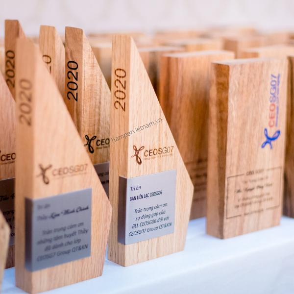 Kỷ niệm chương bằng gỗ tại Hamper Vietnam là một món quà độc đáo được sản xuất từ nhiều chất liệu gỗ và có nhiều kích thước khác nhau. Đặc biệt, công nghệ khắc laser và in ấn trực tiếp lên gỗ sẽ giúp kỷ niệm chương trở nên khác biệt và ấn tượng hơn.