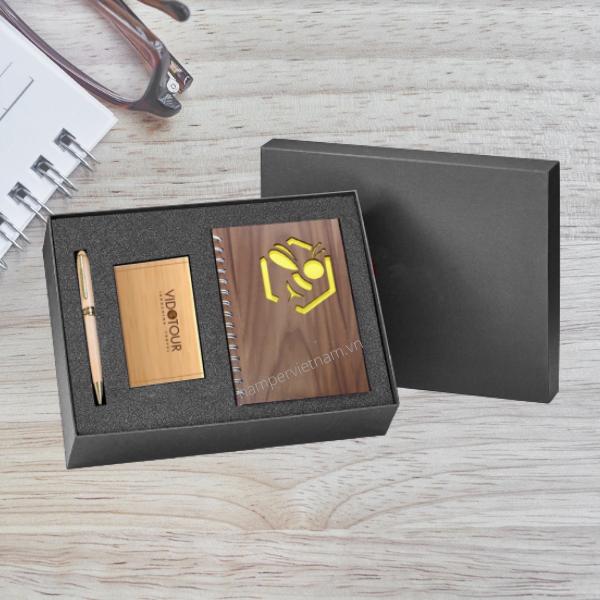 Bộ quà tặng văn phòng của Hamper Vietnam được thiết kế riêng theo từng yêu cầu của khách hàng. Đây là món quà phù hợp để biếu tặng đối tác, khách hàng hoặc làm quà tặng cho nhân viên.