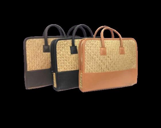 Túi đựng laptop cỏ bàng của Hamper Vietnam được thiết kế gọn nhẹ, trẻ trung với kiểu dáng đơn giản nhưng thanh lịch. Sản phẩm được làm từ thủ công và bán thủ công từ chất liệu sợi cỏ bàng và da cho vẻ đẹp thời trang và thân thiện với môi trường, phù hợp cả nam lẫn nữ để đựng laptop và giấy tờ quan trọng.