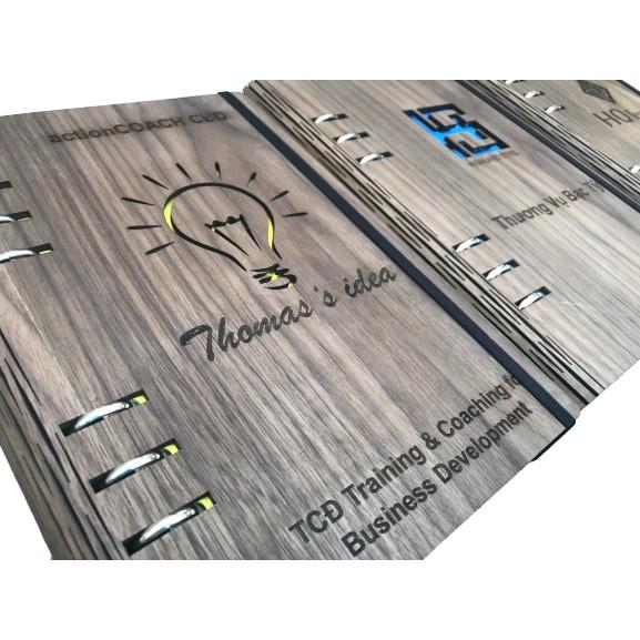 Sổ tay bìa gỗ óc chó tại Hamper được làm từ gỗ óc chó 100%, màu sắc sang trọng, hương thơm đặc trưng và được in khắc theo yêu cầu khách hàng