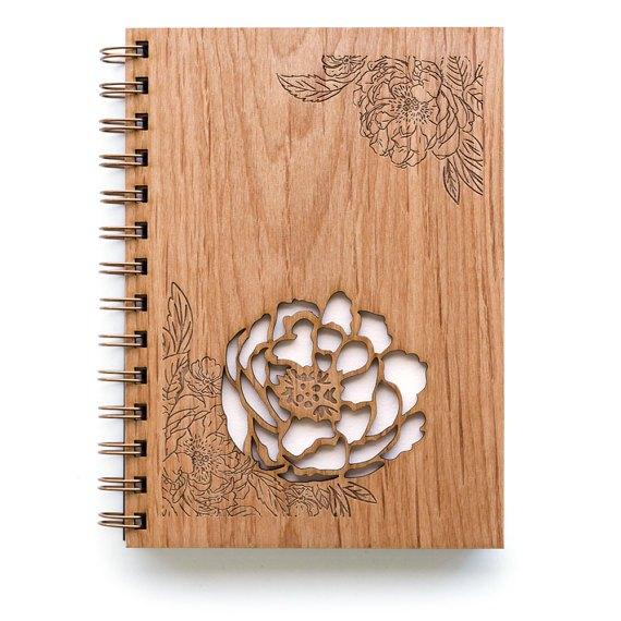 Sổ tay bìa gỗ sồi với công nghệ laser sẽ giúp việc khắc tên, logo hoặc thông điệp riêng lên bìa gỗ đơn giản và tinh tế hơn. Màu sắc tươi trẻ sẽ giúp thể hiện được cá tính và độ chất chơi của người sử dụng.