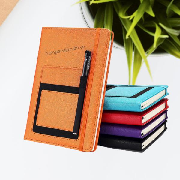 Sổ tay bìa da có túi đựng điện thoại và bút nên vô cùng tiện lợi và hữu ích với dân công sở