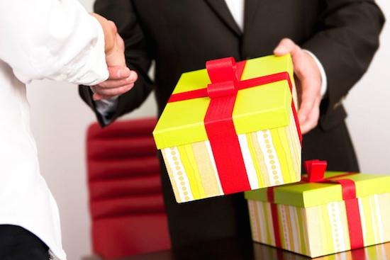 Tặng quà đúng dịp và bất ngờ sẽ là cách tặng quà ý nghĩa, mang lại giá trị cao nhất
