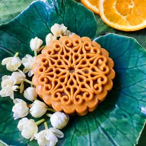 Bánh trung thu nhân hoa nhài có mùi thơm thoảng của hoa nhài và vị mứt cam