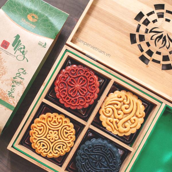 Set bánh Trăng Vàng Tri Ân gồm 4 bánh trung thu tự chọn vị và 1 gói trà san tuyết cổ thụ cao cấp. Tất cả được sắp xếp gọn gàng, chỉn chu trong chiếc hộp tre chạm khắc vô cùng tinh xảo.