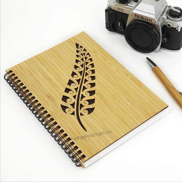 Sổ tay bìa gỗ bằng tre được chạm trổ tinh xảo