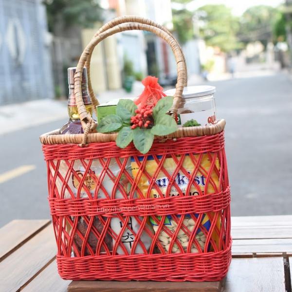 Giỏ quà tết 7c mang tên xuân hồng được đan bằng mây tre cực đẹp, được nhuộm đỏ xuân hồng – một màu sắc đỏ chỉ thường thấy trong các nhãn hiệu thời trang quốc tế hàng đầu