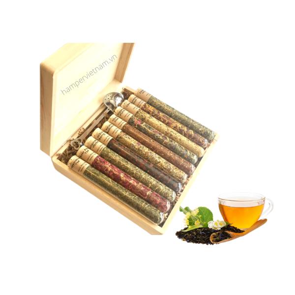 Bộ trà hoa của Hamper Vietnam bao gồm 10 loại trà hoa organic thuần Việt có tác dụng cải thiện sức khỏe, ngăn ngừa stress và hỗ trợ giảm cân, thanh lọc cơ thể
