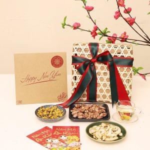Biếu tặng quà cho khách hàng, đối tác là việc quan trọng mà các doanh nghiệp đều thực hiện mỗi dịp Tết đến Xuân về